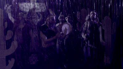 Clip danse de la pluie réalisé aux studios the place